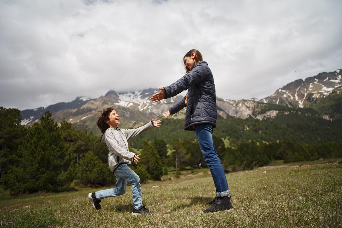 Почему ребенок ведет себя хуже, когда мама рядом